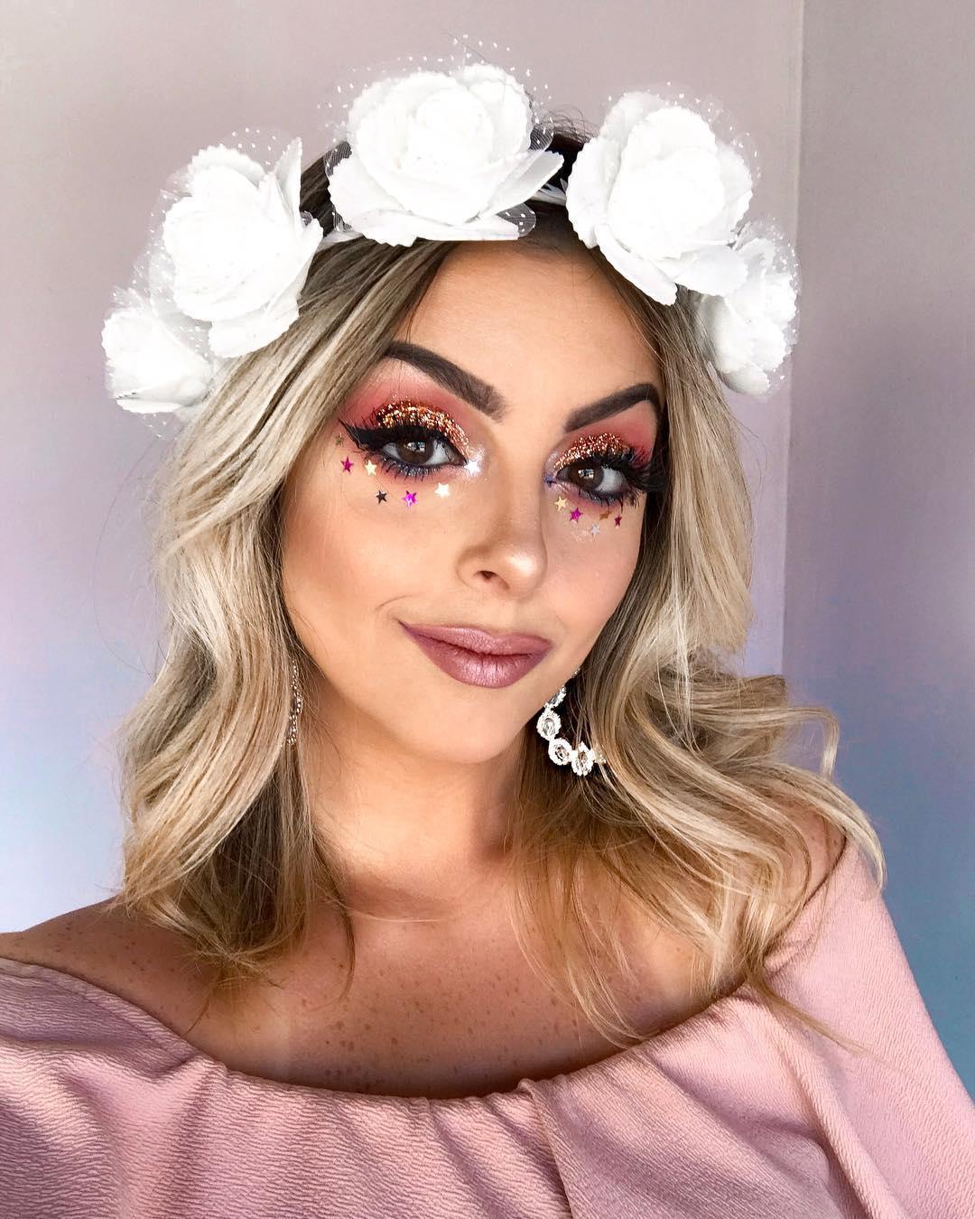 Só queria estar no #bailedavogue com essa maquiagem haha. PREPARA que amanhã tem tutorial dessa make de #carnaval ás 12:00h no canal ♀✨ Comenta seu emoji preferido . #makeupcarnaval #carnavalmakeup #maquiagem #makeuptutorial #makeup